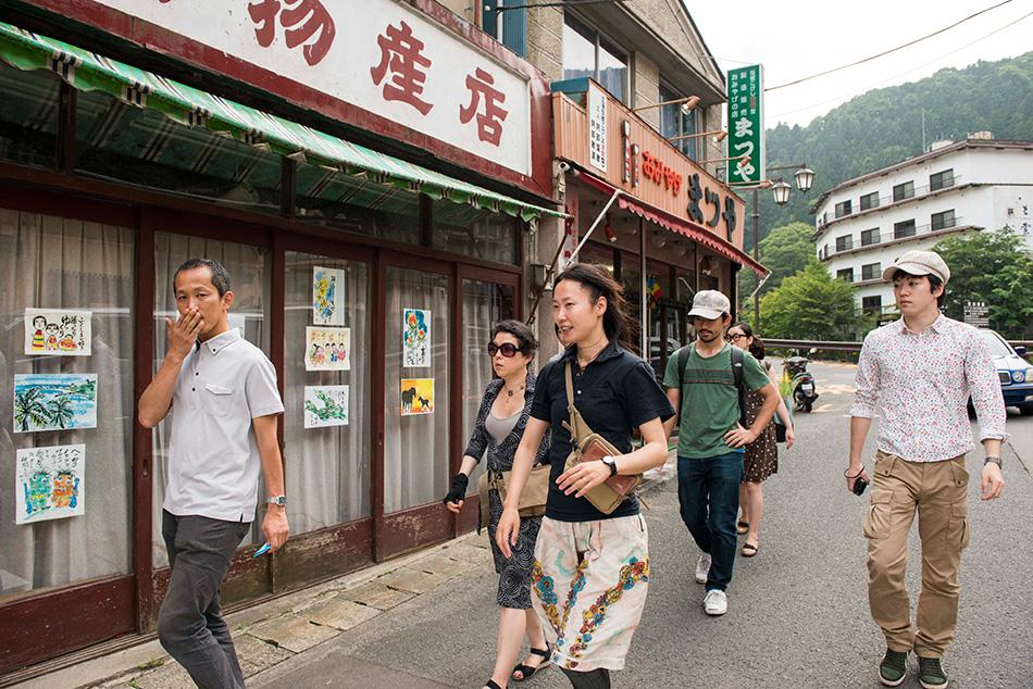 土湯温泉町を下見する小林さん、三田村さん