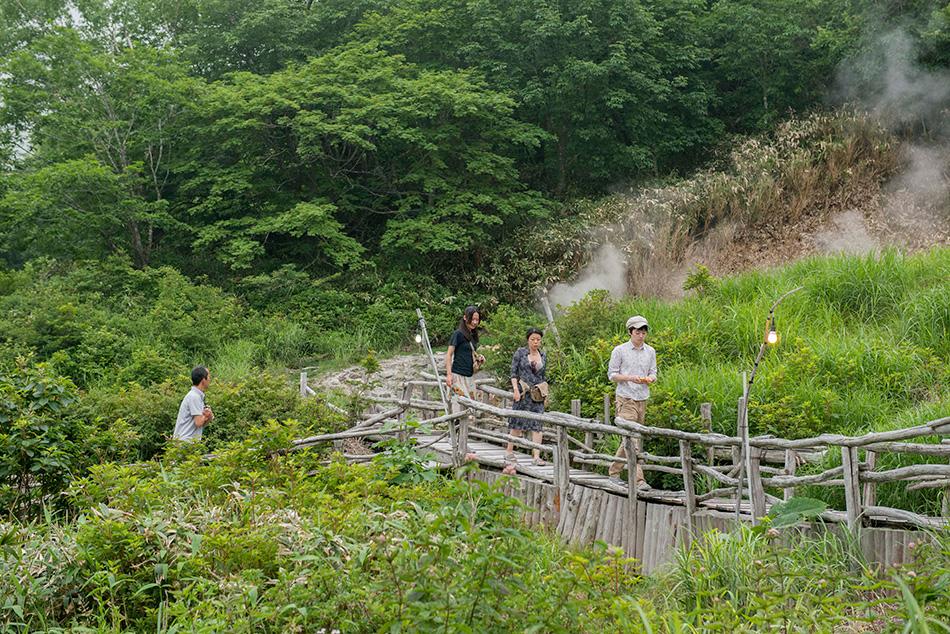 相模屋旅館、源泉横の露天風呂への道