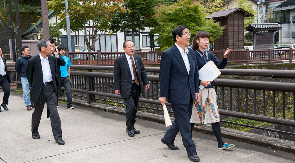福島市長がアラフドアートアニュアルを視察にきました